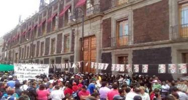 PROTESTAN INTEGRANTES DE LA CNTE FRENTE A LA SEP