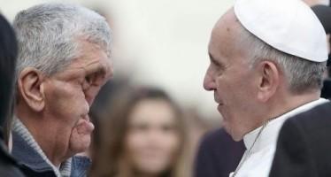 Otro abrazo del Papa Francisco a otro hombre desfigurado