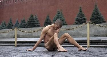 Clava sus testìculos al adoquìn de la Plaza Roja en protesta contra Putin