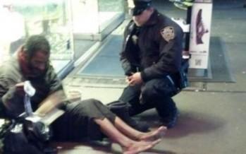 Policía que regala botas a indigente, es ascendido a detective.