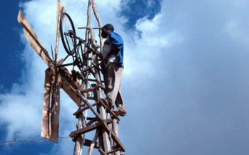 Jóven africano logra producir electricidad con chatarra