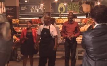 Emotivo tributo a Nelson Mandela en una tienda de abarrotes VIDEO