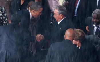 VIDEO Barack Obama y Raúl Castro se estrechan la mano en el funeral de Nelson Mandela.