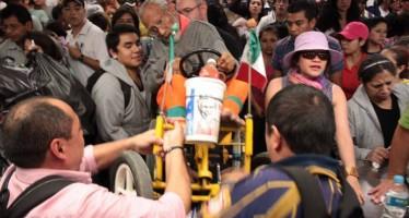VIDEO Ciudadanos de la capital protestan por el aumento de precio al metro. Participan periodistas e intelectuales.