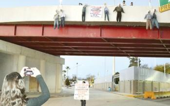 Miembros de MoReNa cuelgan de un puente a legisladores que aprobaron la Reforma Energética en protesta simbólica.
