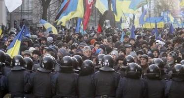 Ante el incremento de la protesta en Ucrania, renuncia primer ministro y anulan leyes represivas contra manifestantes.