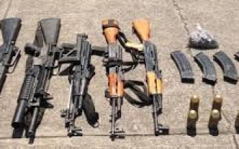 Elementos de la Policía Federal detuvieron a cinco personas con armas de fuego y explosivos en Apatzingán, Michoacán.