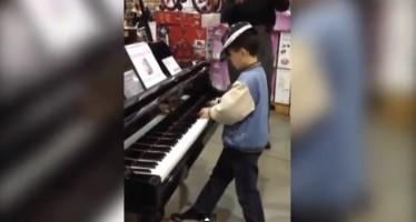 VIDEO Graban a niño tocando el piano de una tienda como todo un prodigio