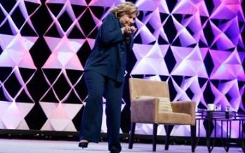 VIDEO Arrojan zapato a Hillary Clinton