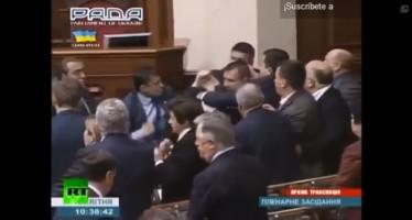 VIDEO Comunistas y ultraderechistas pelean a puñetazos en el Parlamento ucraniano