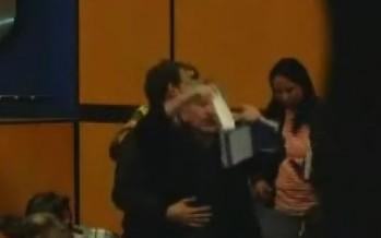 VIDEO Lector irrumpe en conferencia de Vargas Llosa y rompe uno de sus libros