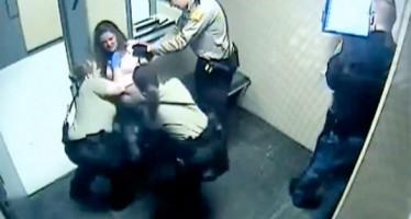 VIDEO: Desnudan guardias a una mujer y la encierran en una celda llena de gas pimienta