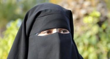 Funcionario belga arranca el 'niqab' de la cara a una princesa de Catar