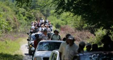 """Policías comunitarios buscan a normalistas """"cerro por cerro"""""""