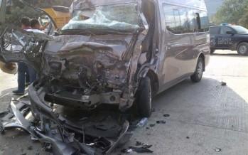 Embiste tráiler a camioneta con normalistas en Guerrero; hay 12 heridos