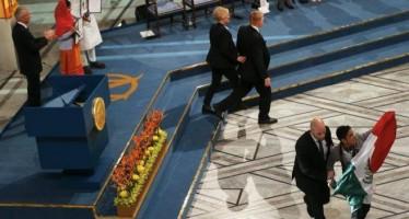 Una bandera de México con 'rojo sangre' irrumpe en la ceremonia de entrega del Nobel de la Paz.