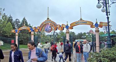 Detienen a hombre armado en el parque Disney de París