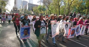 Familiares de los 43 marchan sobre Paseo de la Reforma