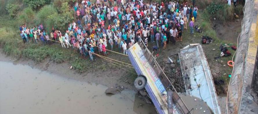 Cae un autobús a un río en la India; hay al menos 37 muertos