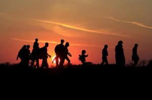 Refugiados huyen en la noche