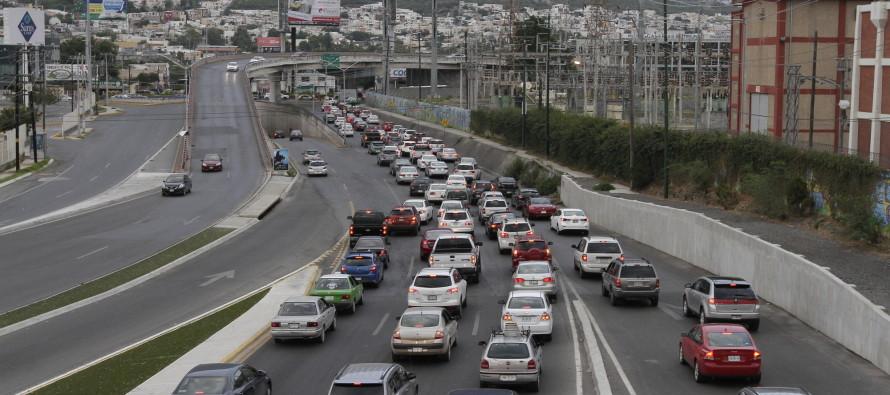 """Alcalde de Monterrey quiere construir vías urbanas de cuota """"para combatir caos vial"""""""