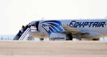 Secuestran avión egipcio; detienen al responsable