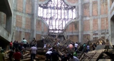 Mueren cuatro personas al caerse estructura del techo de Catedral en Oaxaca