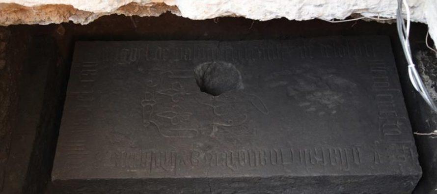 Hallan lápida posiblemente perteneciente a uno de los primeros evangelizadores
