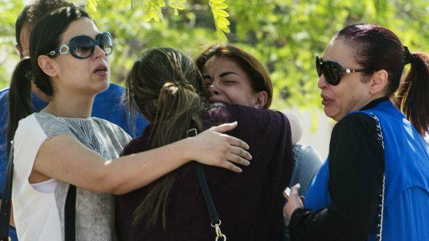 Familiares de pasajeros desaparecidos con el avión