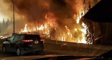 Persiste incendio forestal en Canadá y evacúan instalaciones petroleras cercanas