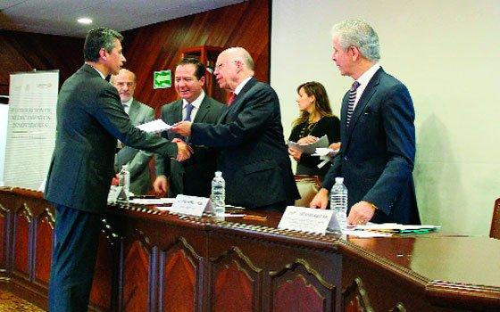 El titular de la SSa, José Narro Robles, y de la Cofepris, Julio Sánchez y Tépoz, durante la entrega de registros a medicamentos