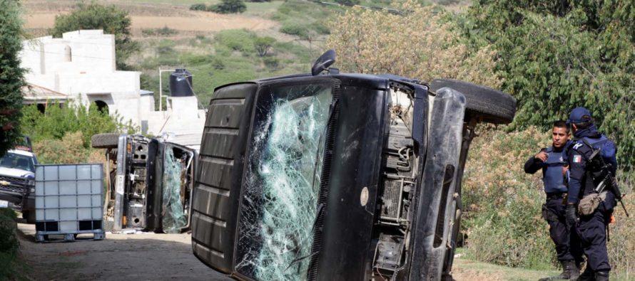Pobladores incendian y vuelcan camionetas de ordeñadores de ductos de Pemex