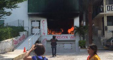 Investigan para dar con cetegistas que quemaron edificio de Educación en Guerrero