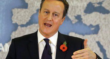 Llama Cameron a los británicos a permanecer en la UE; la opinión, dividida
