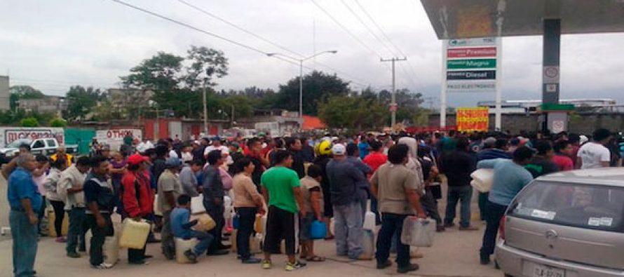 Largas filas para abastecerse de gasolina en Oaxaca y Chiapas