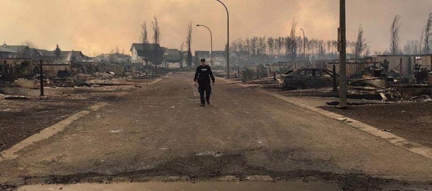 """Tras 44 días, pierde fuerza el incendio forestal canadiense """"La Bestia"""""""
