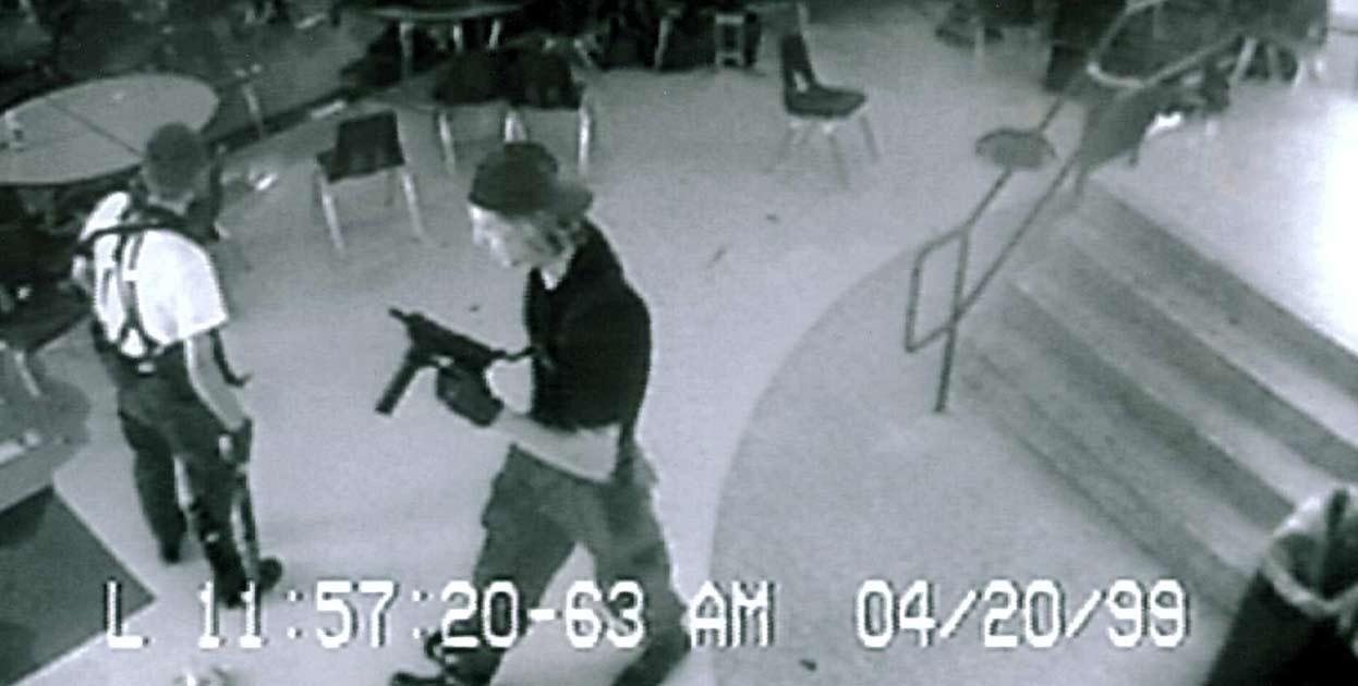 Jóvenes autores del crimen en escuela de Columbine.