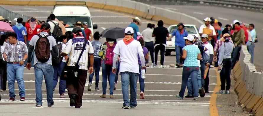 La CNTE bloquea los accesos al aeropuerto de Chiapas