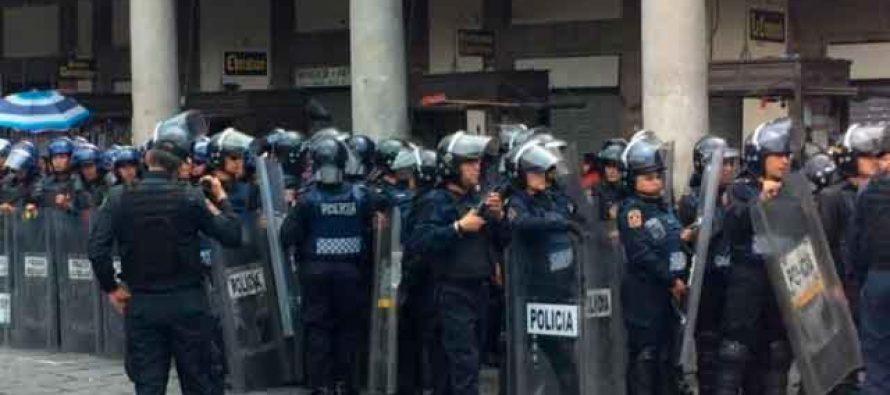 Se enfrentan policías y vendedores en la Plaza de Santo Domingo y cerca de la SEP