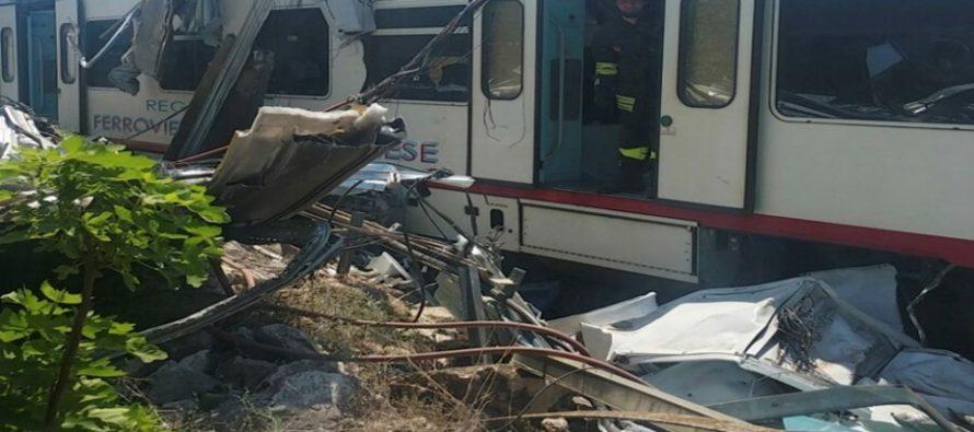Dos trenes chocan de frente en Italia, causando 20 muertos
