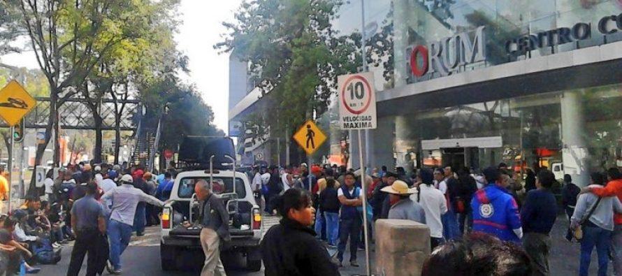 Miembros de la CNTE protestan frente a la plaza Forum Buenavista