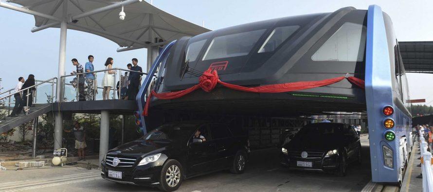 En China hacen pruebas del nuevo autobús que pasa por encima del tráfico