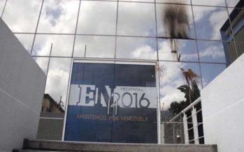Sujetos encapuchados lanzan bombas molotov contra diario venezolano