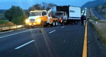 Normalistas queman camiones en autopista de Michoacán
