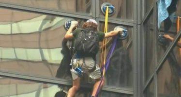 Enfrenta cargos el joven que escaló la Torre Trump en Manhattan