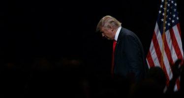 Trump promete recortar impuestos, aunque es abucheado en Detroit