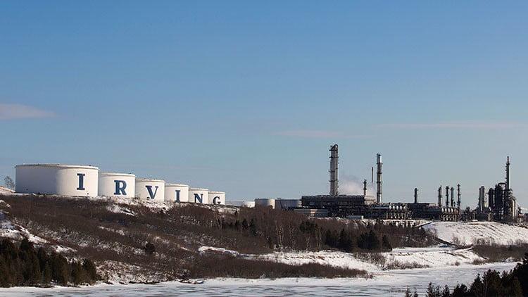 Refinería Irving Oil de la familia Irving; sus empresas han sido criticadas