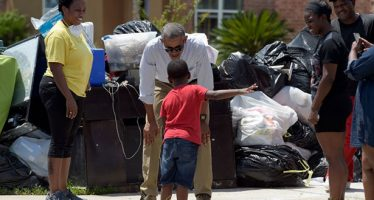"""""""Demasiado tarde"""", Obama visita el sur de Louisiana devastada por inundaciones"""
