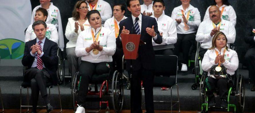EPN recibió en Los Pinos a atletas participantes en los Paralímpicos de Río