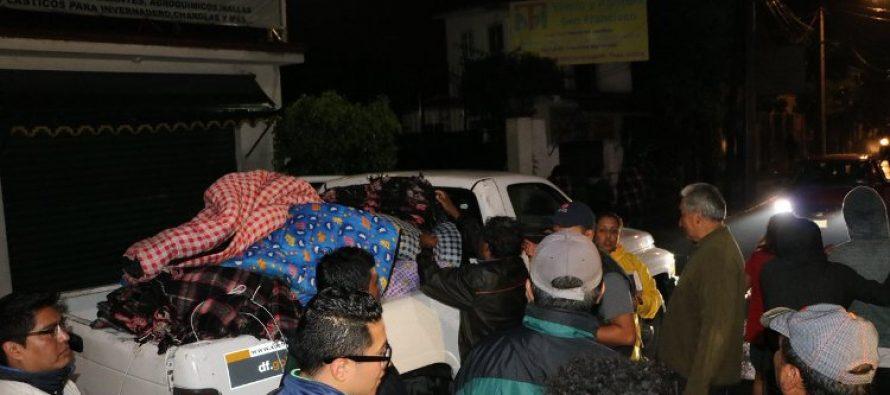 En Xochimilco reparten cobijas y colchonetas a afectados por las lluvias